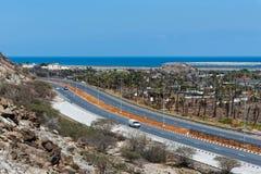 Bidya, Emiratos Árabes Unidos - 16 de março de 2019: Golfo de Omã e estrada litoral de Bidya no emirado de Fujairah nos UAE foto de stock royalty free