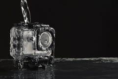 Bieżąca woda na wodoodpornej akcji kamerze na mokrym czerń kamienia tle obrazy royalty free
