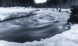 Bieżąca rzeka w zimie z śniegiem Zdjęcie Stock