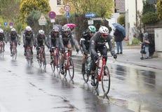 Bieżni cykliści przy biegową Runda meliną Finanzplatz Frankfurt um Fotografia Stock