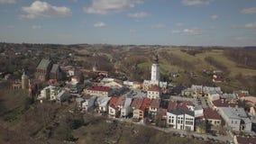 Biecz, Polonia - 3 9 2019: Panorama del centro storico della città medievale europea sulle colline verdi pittoresche Viaggi alla  stock footage