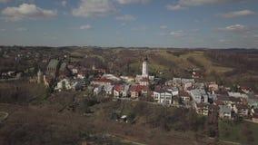 Biecz, Polonia - 3 9 2019: Panorama del centro storico della città medievale europea sulle colline verdi pittoresche Viaggi alla  video d archivio