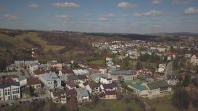 Biecz, Polonia - 3 9 2019: Panorama del centro storico della città medievale europea sulle colline verdi pittoresche Viaggi alla  archivi video