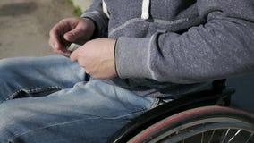 Bieda, nieważny obliczenie pieniądze, samotny mężczyzna obezwładniający na wózku inwalidzkim, zakończenie zbiory wideo