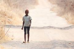 Biedna Afrykańska dziecko wędrówka w Botswana Fotografia Royalty Free