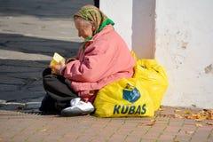 Biedna stara kobieta pyta dla pieniądze Obrazy Royalty Free