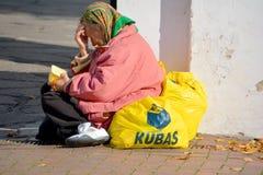 Biedna stara kobieta pyta dla pieniądze Zdjęcia Stock