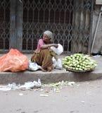 Biedna starej kobiety sprzedawania kukurudza w ulicach zdjęcia royalty free