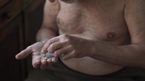 Biedne starsza osoba mężczyzny liczenia monety w ręce zbiory wideo