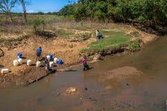 Biedni afrykańscy dzieci zbiera wodę Obrazy Stock