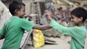 Biedni Indiańscy Azjatyccy chłopiec dzieci walczą z each inny w ulicie przy światło dzienne bocznym widokiem zdjęcie wideo