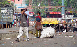 Biedni indyjscy ludzie żyje w chałupie w miasto slamsy Obraz Royalty Free