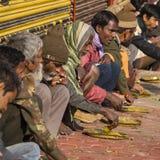 Biedni indyjscy ludzie je bezpłatnego jedzenie przy ulicą w Varanasi, India Obraz Stock
