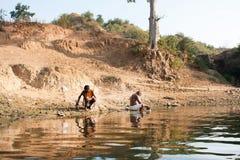 Biedni ludzie obmycia jasną wodą rzeczną Fotografia Royalty Free