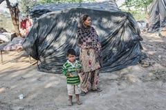 Biedni ludzie przy ich domem Obraz Stock