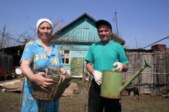 Biedni Rosyjscy rolnicy w ich dom na wsi zdjęcia stock