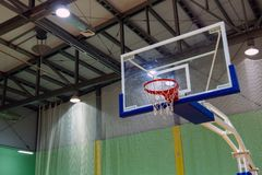 Biednie myjący szklany koszykówki backboard z koszem w sporty powikłani Zielony tło Sporta temat kosmos kopii Lampiony dalej obraz royalty free