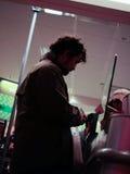 Biednie ubierający pochodzi opiłego mężczyzna zakupy Zdjęcie Royalty Free