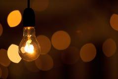 Biednie zaświecająca lampa na zamazanym ciemnym tle Obrazy Stock