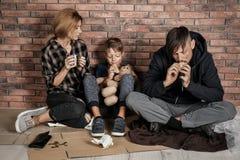 Biedny bezdomny rodzinny obsiadanie na podłodze obrazy royalty free
