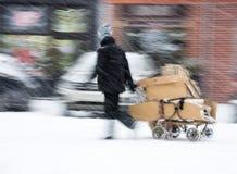 Biedny człowiek ciągnie furę z kartonem w mieście Obraz Royalty Free