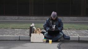 Biedny człowiek pisać na maszynie na laptopie Zdjęcia Royalty Free