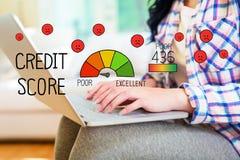 Biedny Kredytowy wynik z kobietą używa laptop obrazy stock