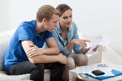 Biedny małżeństwo czyta niepłatnych rachunki Fotografia Royalty Free