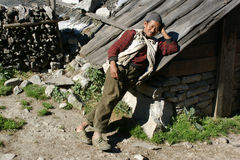 Biedny rolnik opierał przeciw dachowi jata Zdjęcia Royalty Free