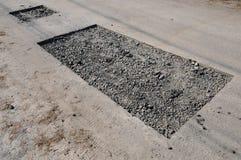 Biedny utrzymanie remontowy bruk i kłaść nowego asfaltowego łatanie remontowa droga fotografia royalty free