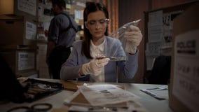 Biegła dama egzamininuje krwistego nóż od morderstwo sceny, fachowy naukowiec fotografia royalty free