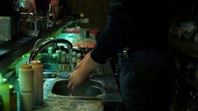 Biegły barman robi koktajlowi przy barem, zwolnione tempo zbiory wideo