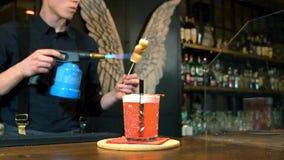 Biegły barman robi koktajlowi przy barem, zwolnione tempo zdjęcie wideo