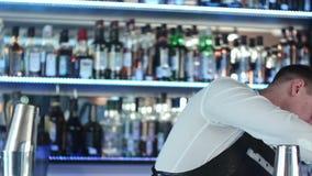 Biegły barman robi koktajlowi przy noc klubem zdjęcie wideo