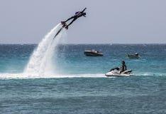 Biegły flyboarder demonstruje jego umiejętności obrazy royalty free