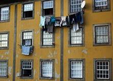 Bieg puszka podupadłej części śródmieścia Tenement mieszkanie Windows Zdjęcia Stock