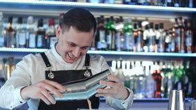 Biegły barman robi koktajlowi przy noc klubem Obraz Royalty Free