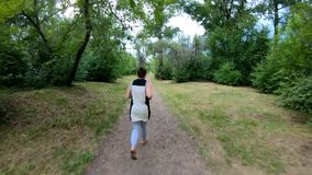 biegałam park Dziewczyna bieg wzdłuż lasowej ścieżki swobodny ruch zbiory