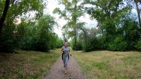 biegałam park Dziewczyna bieg wzdłuż lasowej ścieżki swobodny ruch zbiory wideo