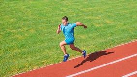 Biega w kształt Działający wyzwanie dla beginners Atleta bieg śladu trawy tło Szybkobiegacza szkolenie przy stadium śladem zdjęcia royalty free