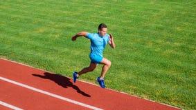 Biega w kształt Działający wyzwanie dla beginners Atleta bieg śladu trawy tło Szybkobiegacza szkolenie przy stadium śladem obrazy royalty free