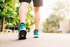 Biegaczów cieki zaczynają jogging w ranku z światłem słonecznym Obraz Stock