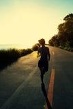 Biegacz atlety bieg przy nadmorski drogą Obrazy Royalty Free