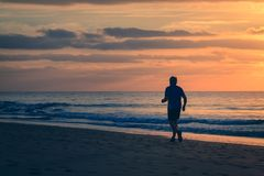 Biegacz biega plażą Zdjęcia Stock