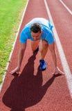 Biegacz brał udział rywalizacja początku niską pozycję Skupiający się na sporta celu Przygotowywający dokonywać zwycięstwo Mężczy fotografia stock
