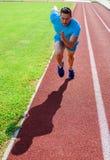 Biegacz brał udział turniejowego ruch naprzód Skupiający się na sporta celu Przygotowywający dokonywać zwycięstwo Mężczyzna atlet fotografia stock