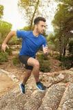 Biegacz chłopiec w lesie Zdjęcia Stock