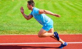Biegacz chwytający w ruchu zaraz po początkiem rasa Biegacza sprintu rasa przy stadium Zwiększenie prędkości pojęcie Mężczyzna at obrazy stock