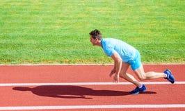 Biegacz chwytający w ruchu zaraz po początkiem rasa Zwiększenie prędkości pojęcie Mężczyzna atlety biegacza pchnięcie z zaczyna p obrazy stock