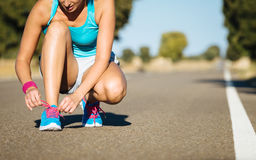 Biegacz dostaje przygotowywający dla biegać wyzwanie Obrazy Stock